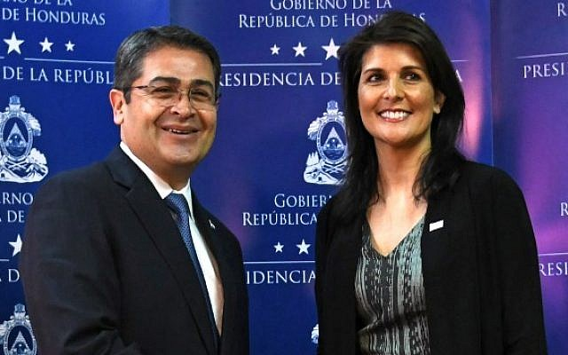 Honduras' re-elected President Juan Orlando Hernandez (L) shakes hands with the US ambassador to the United Nations, Nikki Haley, before speaking to the press in Tegucigalpa, on February 27, 2018. (AFP PHOTO / Orlando SIERRA